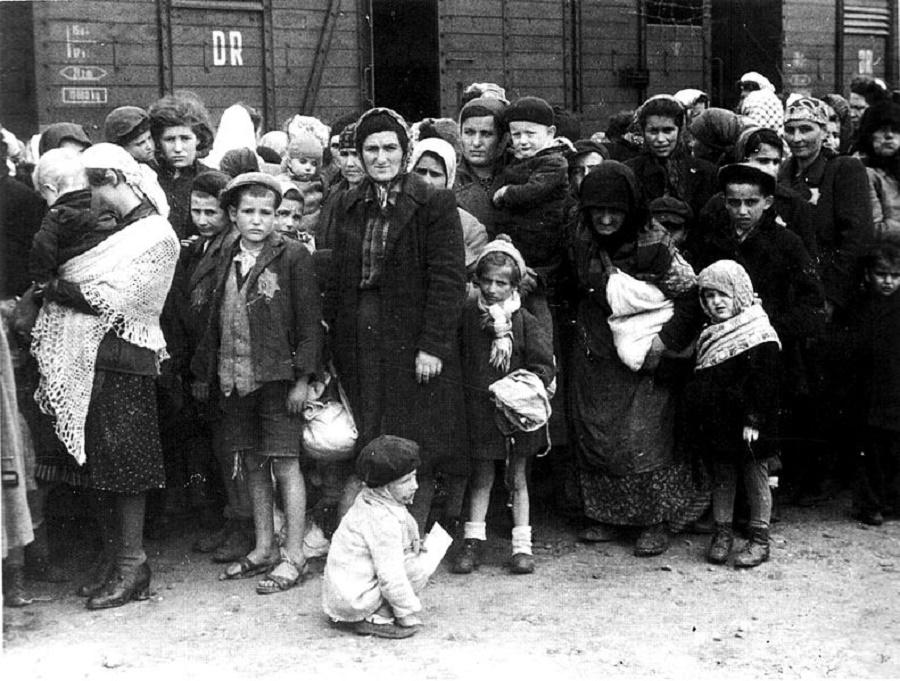 German Nazi death camp Auschwitz in Poland, arrival of Hungarian Jews, Summer 1944. Photo by Ernst Hofmann oder Bernhard Walte (Deutsches Bundesarchiv)