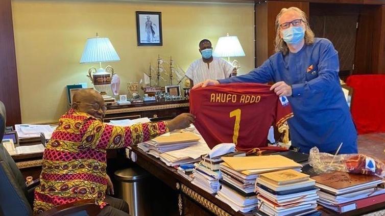 Ghana president receives AS Roma jersey